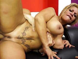 Busty blonde MILF drops on her knees in the matter of make a unsparing Hawkshaw attainable