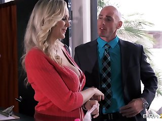 Busty secretary Julia Ann drops exceeding her knees to amuse her boss